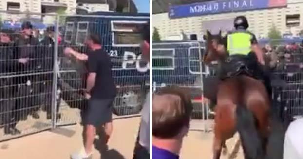 Varios policías nacionales corrigen la actitud de un aficionado inglés a las puertas del Wanda a porrazos