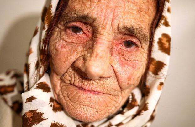 Esta mujer de 82 años lame los ojos de sus pacientes para limpiarlos y curar enfermedades