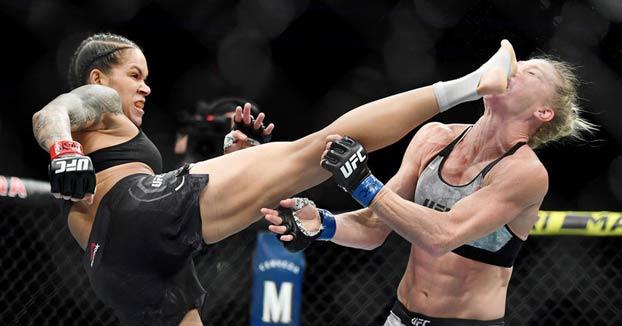 La luchadora brasileña Amanda Nunes deja KO a su rival en el primer round con una tremenda patada en la cara