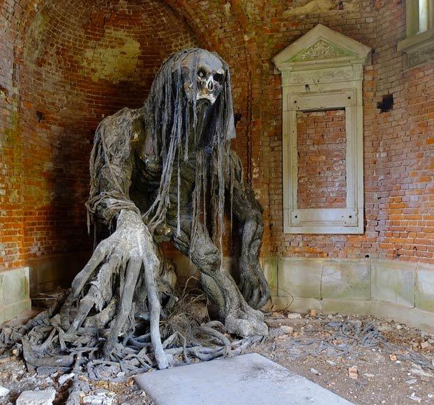 Este mausoleo abandonado en Polonia tiene un inquietante inquilino en su interior