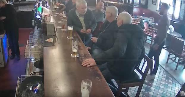 Conor McGregor le mete un puñetazo en la cabeza a otro hombre en un bar por rechazar su whisky