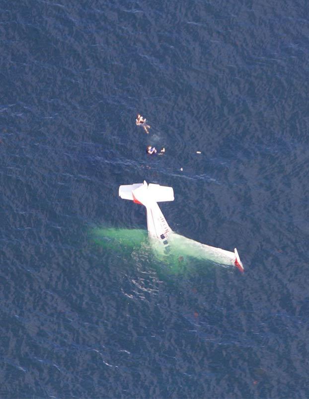 Se graban en mitad del océano después de estrellarse su avión