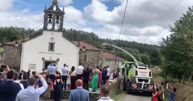 Agroboda en el municipio de O Pino: Novios e invitados bombardeados con cientos de kilos de confeti mezclados con maíz triturado