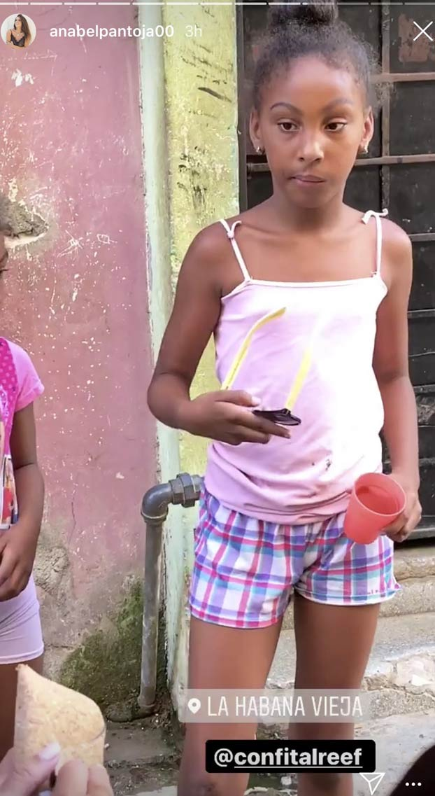 Vomitivo: Anabel Pantoja regala gafas y labiales a niñas de Cuba y etiqueta a las marcas para promocionarlas