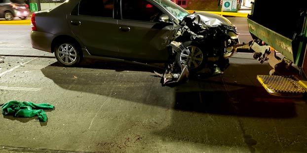 Le amputan una pierna a un basurero que fue embestido por un coche cuando iba en la parte trasera del camión
