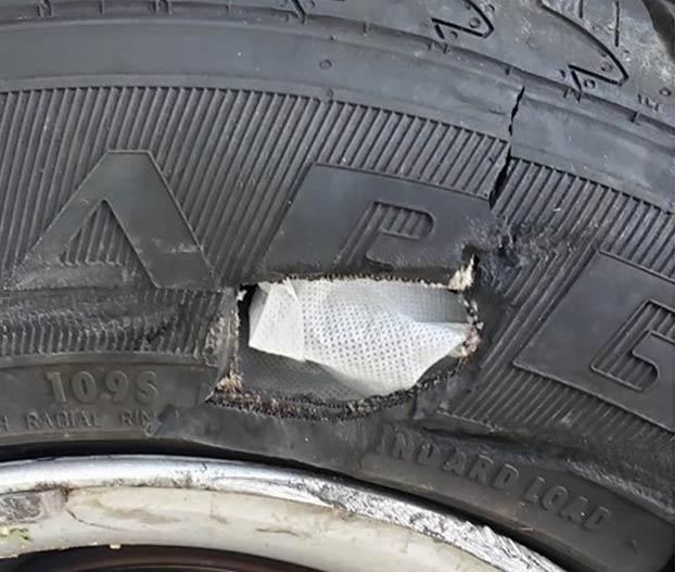 Detienen a un conductor drogado cuando intentaba reparar unos pinchazos con tiritas