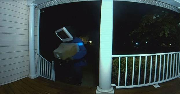 Un hombre con 'cabeza de TV' deja televisores antiguos en las casas de un vecindario