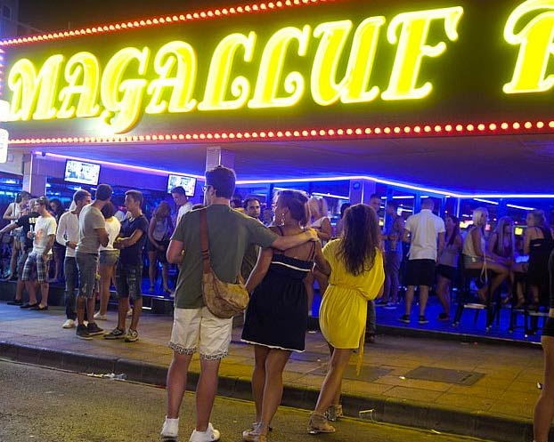 Dos turistas intentan pagar con dinero del Monopoly en un bar de Magaluf y acaban detenidos