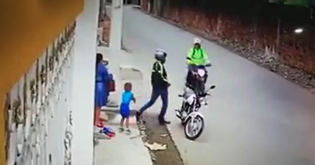 Un policía reacciona rápidamente cuando ve a un motorista que ha robado a una mujer