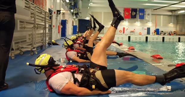 Así es cómo entrenan los nadadores de rescate la Guardia Costera de Estados Unidos
