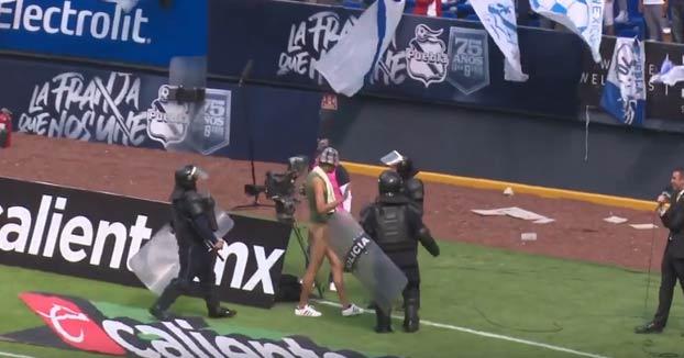 El Negro del WhatsApp salta al campo durante un partido en México