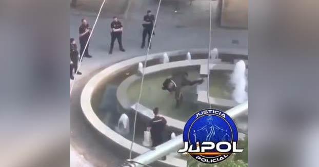 Un policia nacional reduce a un hombre que amenazaba con un machete en Madrid haciéndole un placaje
