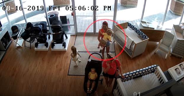 Entra a robar un carrito de bebé pero olvida a su hijo en la tienda