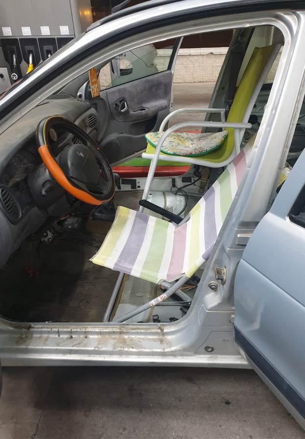 Sorprenden en Toledo a un conductor con un coche que llevaba sillas de playa en lugar de asientos