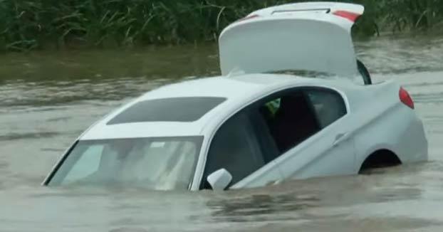Un joven tira al río el BMW que le habían regalado sus padres porque quería un Jaguar