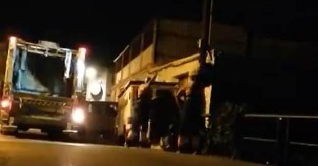 Graban a dos trabajadores de limpieza de Marbella tirando las bolsas de basura a un arroyo