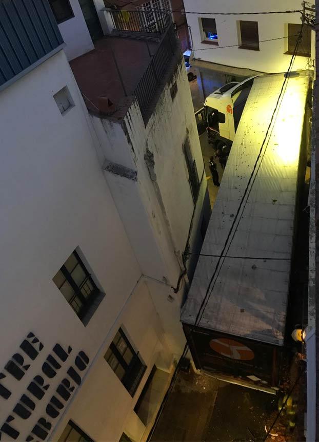 Un trailer se mete en una calle estrecha de Sant Pol de Mar y la acaba liando