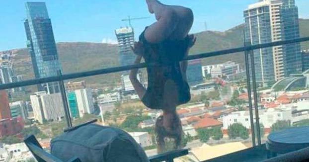 Una joven cae desde un quinto piso mientras practicaba yoga extremo