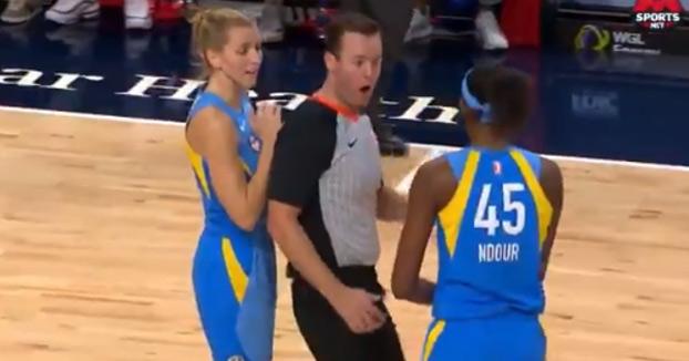 Expulsan a una jugadora de baloncesto en Estados Unidos por rozar al árbitro con la mano