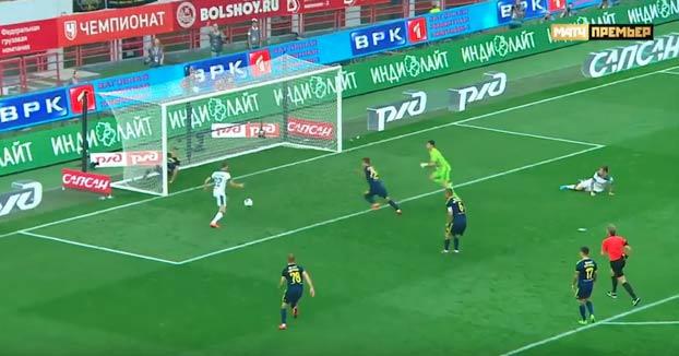 Yevgeni Chernov hace la mejor salvada del año evitando dos veces un gol en el minuto 90