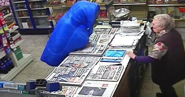 Una anciana de 82 años se enfrenta a bastonazos al ladrón que entró a robar en su tienda