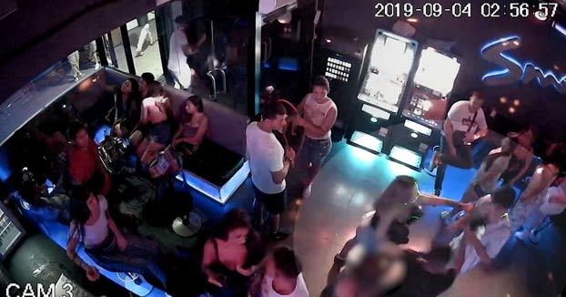 Vídeo del apuñalamiento a un portero y una chica dentro de un local del Port Olímpic de Barcelona