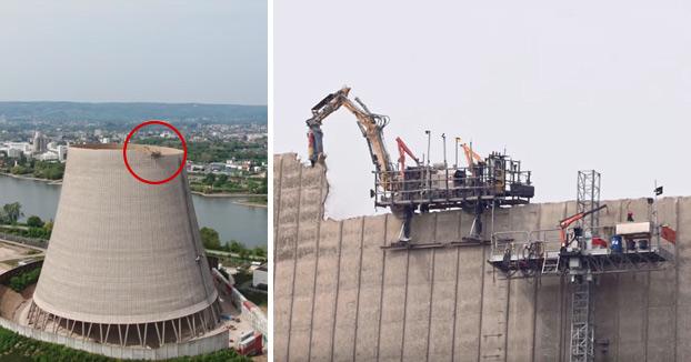 Una excavadora a control remoto baja la altura de una torre de refrigeración de una central nuclear alemana para después demolerla