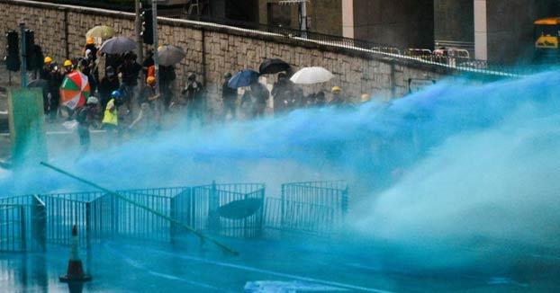 La policía de Hong Kong rocía a los manifestantes con agua tintada de azul para marcarlos