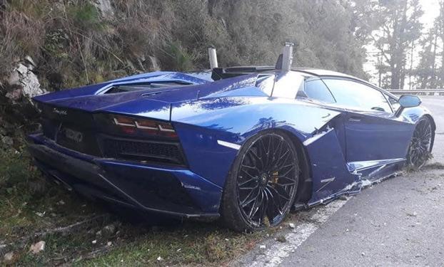 Una decena de Lamborghinis a la carrera en una carretera de Asturias