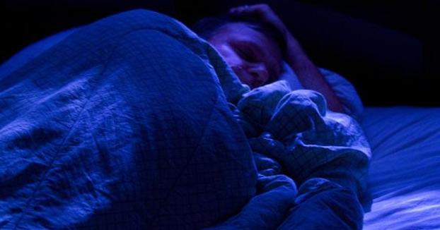 Un hombre borracho se confunde de casa y una señora le encuentra durmiendo en su cama