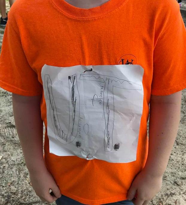 Acosan a un niño por dibujarse a mano la camiseta de su equipo favorito y su diseño termina siendo el oficial