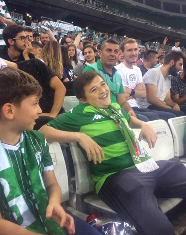 La verdad sobre el vídeo del niño fumando en la grada durante un partido en Turquía
