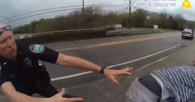 Dos policías agarran en el último segundo a un hombre que pretendía lanzarse por un puente