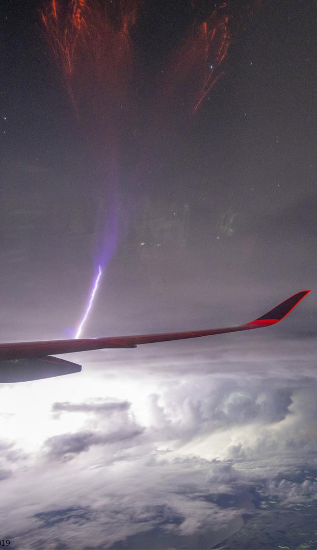 Un pasajero de un avión capta un gigantesco sprite rojo sobre la India