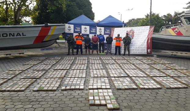 Guardacostas colombianos rescatan a tres náufragos aferrados a varios fardos de cocaína en el Pacífico
