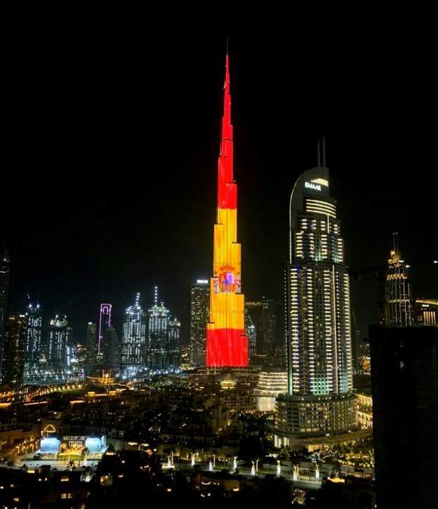 El Burj Khalifa de Dubai iluminado con la bandera de España por el 12 de Octubre