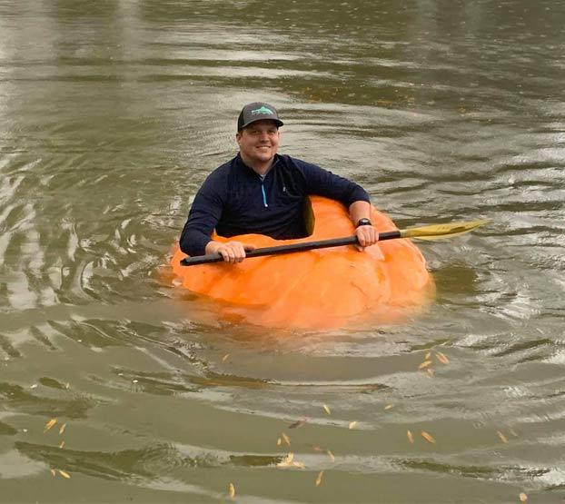 Un granjero cultiva una calabaza de más de 400 kilos y la transforma en un kayak