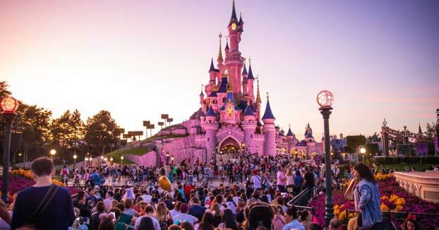Un hombre desnudo y bajo los efectos de LSD se pierde en Disneyland París