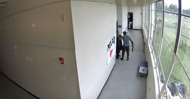 Un entrenador desarma y abraza a un estudiante que quería quitarse la vida delante de sus compañeros