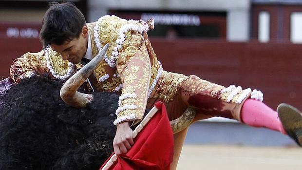 Gonzalo Caballero, novio de Victoria Federica, sufre una grave cornada al entrar a matar