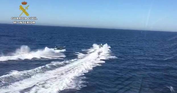 Unos narcos rescatan a tres guardias civiles que cayeron al mar tras chocar sus lanchas durante la persecución