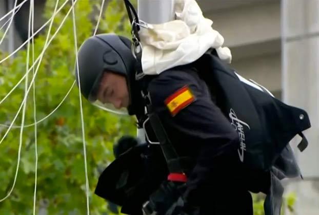 Vídeo: Uno de los paracaidistas del Ejército choca contra una farola al tomar tierra en el desfile del 12-O