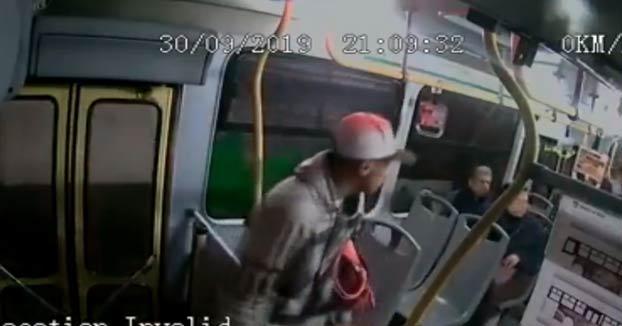 Un pasajero desarma y dispara a tres ladrones que intentaron asaltar un autobús a punta de pistola