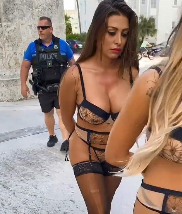 Suspenden a un policía que participó en un vídeo de un falso arresto a tres modelos de Playboy en Miami Beach