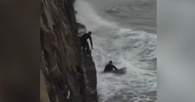 Dos surfistas salvan a un perro de morir ahogado en la playa de Algorta, en Vizcaya