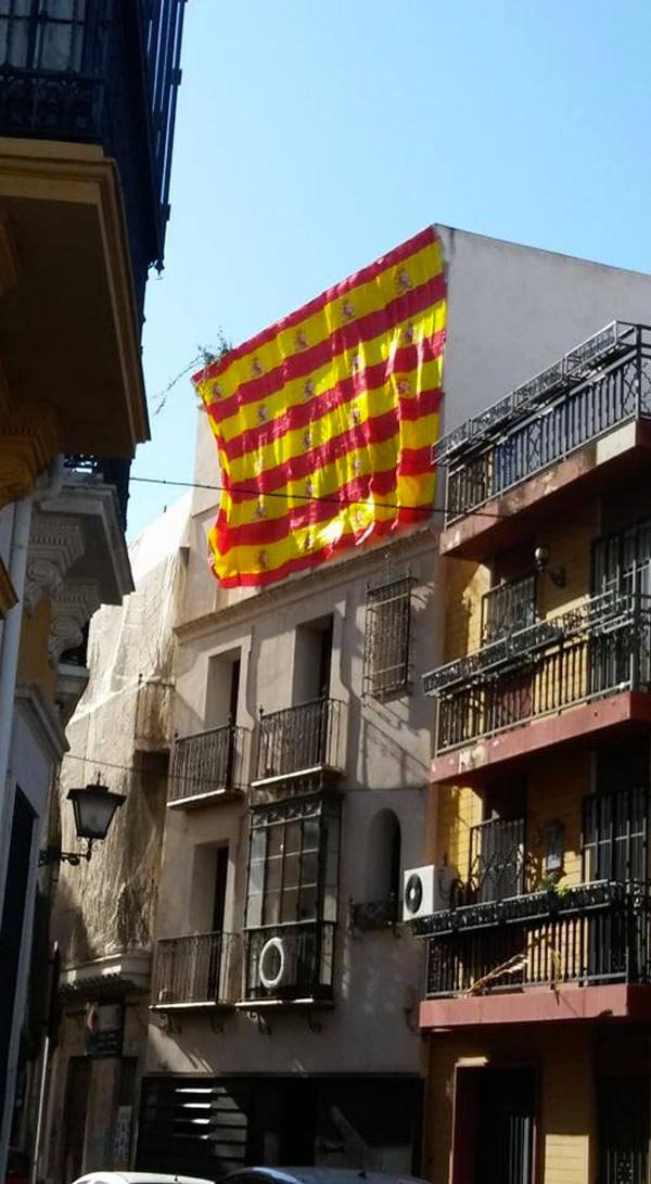 Un vecino de Sevilla se pasa de patriota y monta sin querer una 'senyera' en el balcón