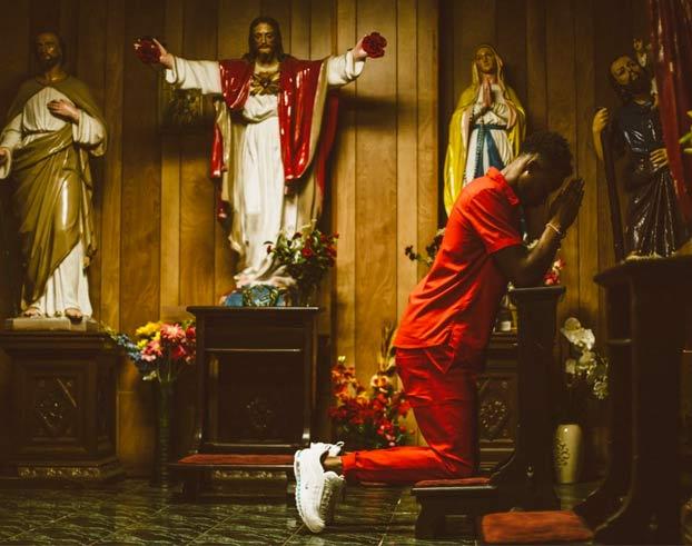 Presentan las 'zapatillas de Jesús': agua bendita en las suelas, plantillas con olor a incienso y un crucifijo en los cordones