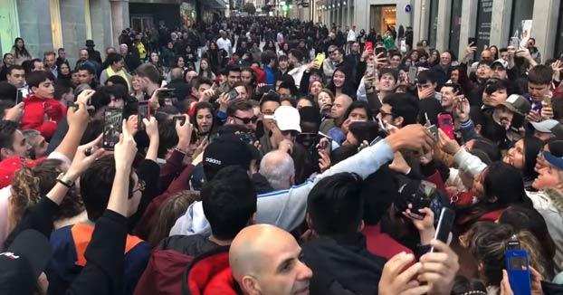 Se hace pasar por Bad Bunny en pleno centro de Madrid. Llegan a la Puerta del Sol en un Tesla