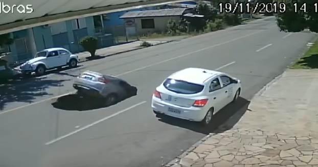 Un coche cae en un socavón que segundos antes había producido un camión