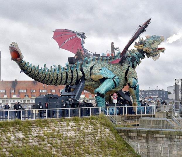Un dragón mecánico recorre las calles de Calais escupiendo humo y fuego